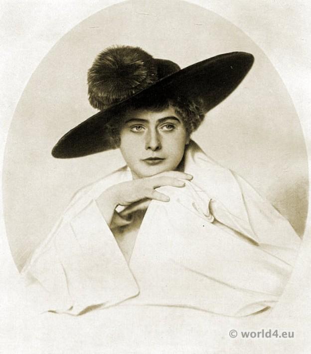 Art deco hat fashion Berlin 1915. Autumn hat fashion. Blue velvet hat.