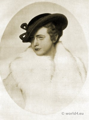 Small black hat. Autumn hat fashion 1915. Art deco fashion. German Hat fashion Berlin 1915.