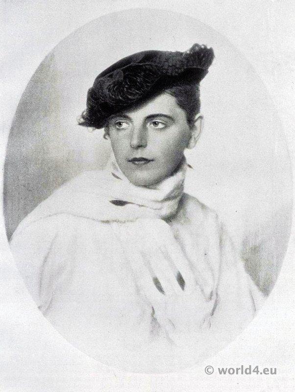 Small four point hat. Autumn hat fashion 1915. Art deco fashion. German Hat fashion Berlin 1915.