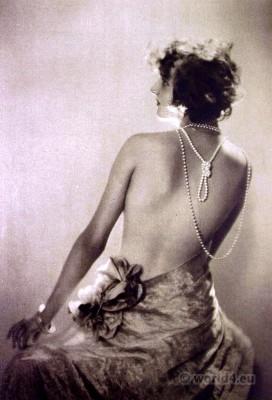 Flapper girl. Art deco fashion. Jewelry 1920s. bubi head hairstyle