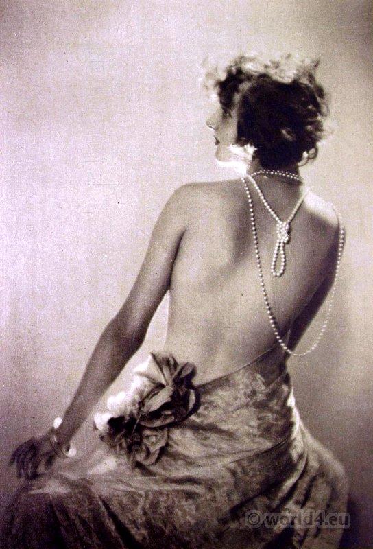 Flapper girl. Art deco fashion. Jewelry 1920s