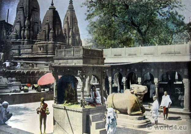 Gyan Bapi Temple, Benaras. Varanasi. hindu brahman dresses. India traditional costumes.